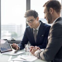 Dos hombres trabajando en una empresa